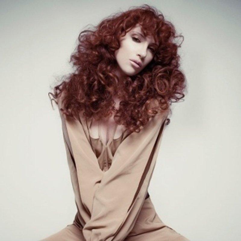 modella in posa con tagli capelli ricci