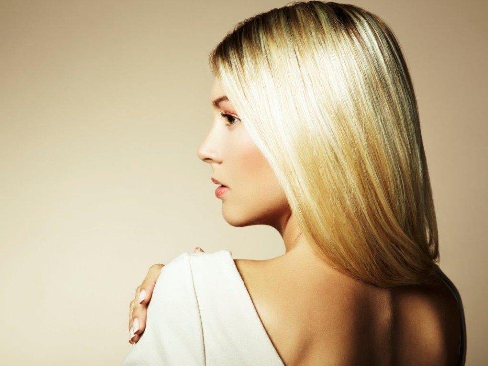 una ragazza con capelli lisci e biondi