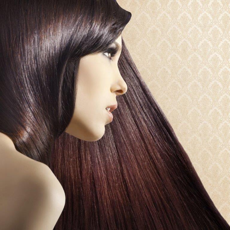 ragazza con capelli lisci color prugna