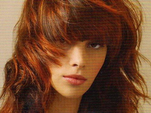 ragazza con capelli mossi color rame