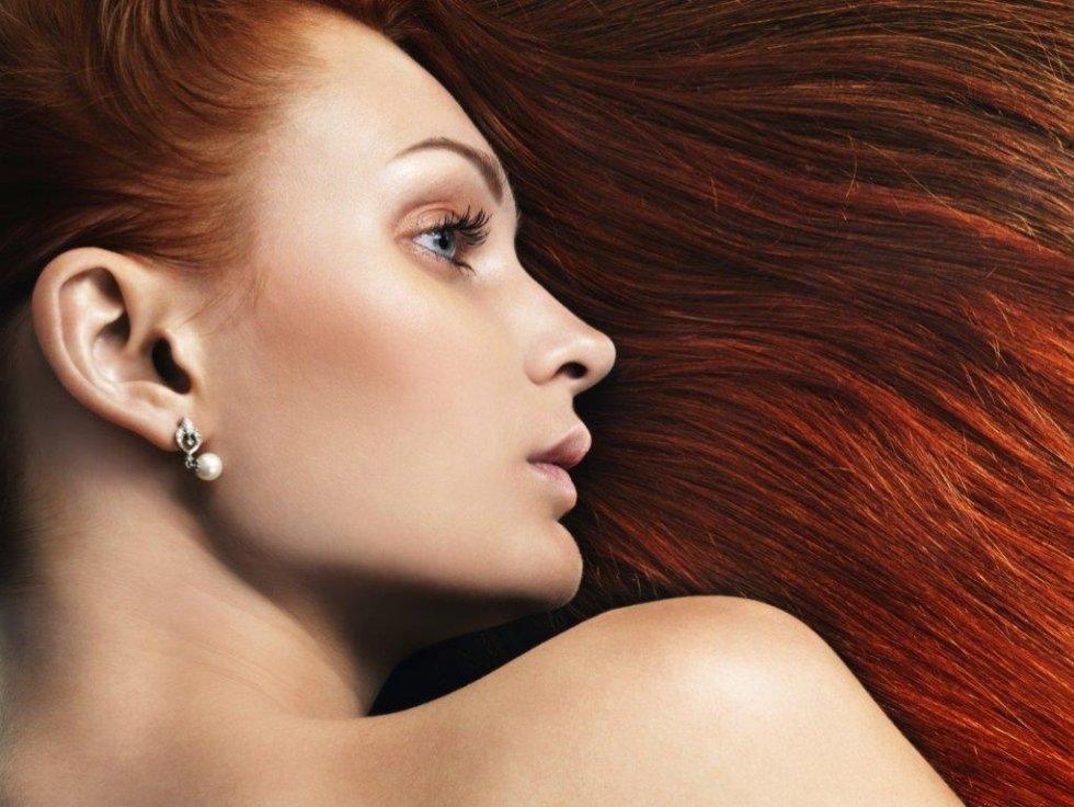 una ragazza con capelli lunghi rossi