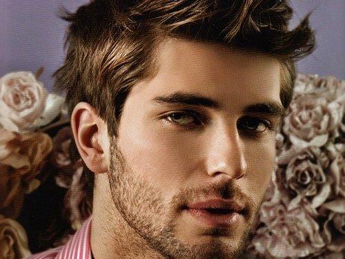 un ragazzo con capelli corti e barba