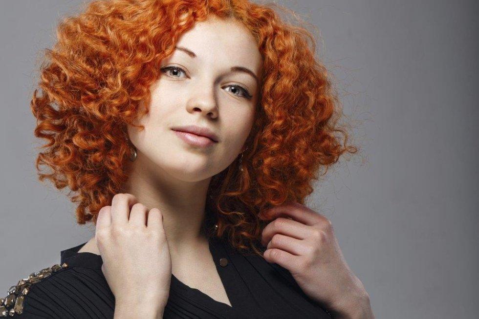 una ragazza con capelli ricci rossi