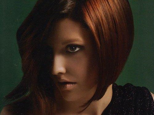 una donna con capelli color rame corti