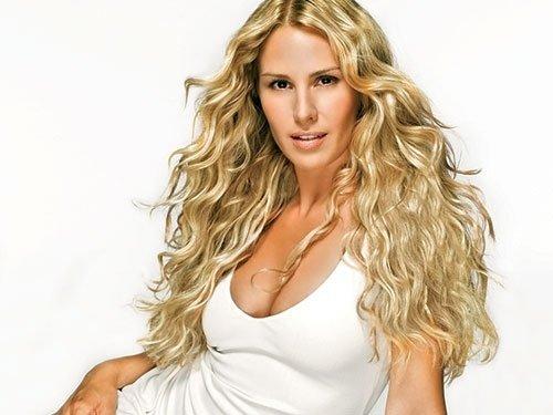 una donna con capelli lunghi biondi e mossi