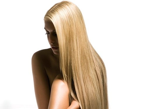 una ragazza con capelli lisci biondi e lunghi