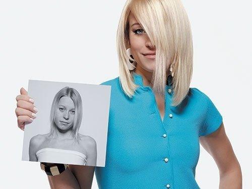 una donna con capelli biondi che mostra una foto