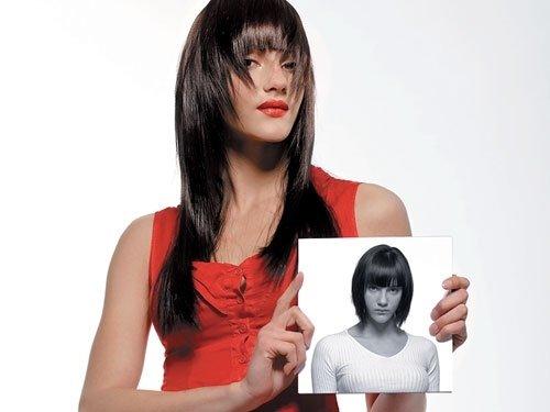 una ragazza con capelli neri lunghi che mostra una foto