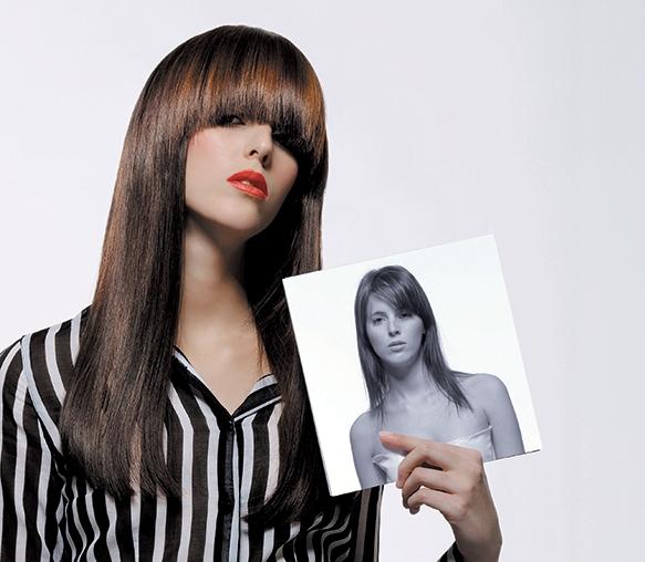 una ragazza con capelli lunghi color prugna con una frangia