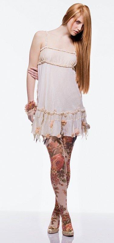 una ragazza con capelli lunghi lisci è un abito bianco