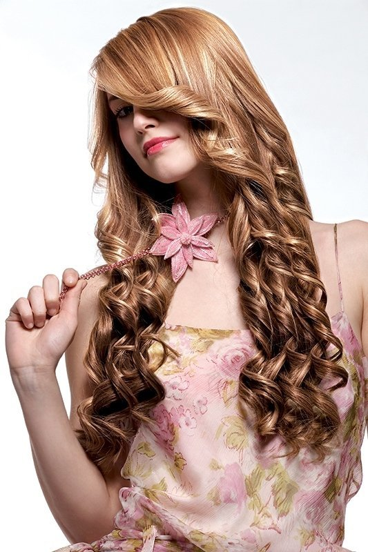 una ragazza con capelli biondi e mossi