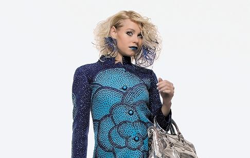una ragazza con capelli biondi corti e mossi con meches blu
