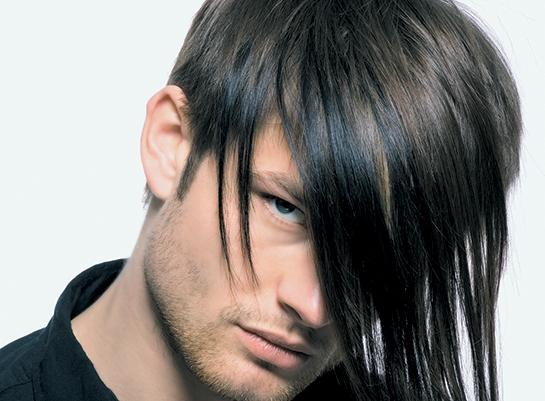 un ragazzo con capelli marroni