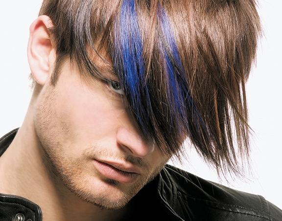 un ragazzo con capelli neri con mèches blu