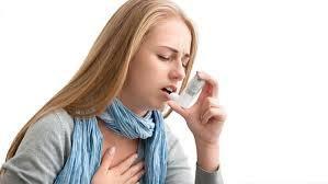 Donna con allergia utilizza un inalatore