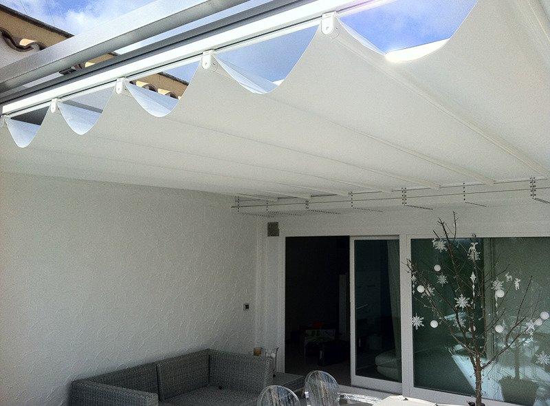 tenda da sole orizzontale per riparare un cortile