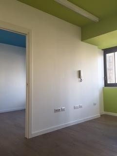 casa dipinta di bianco e verde