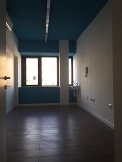casa dipinta di bianco e blu