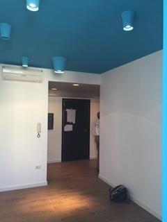camera con soffitto blu