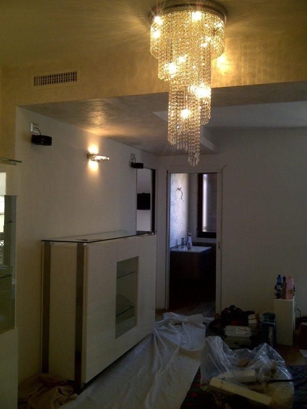 casa con lampadario sul soffitto