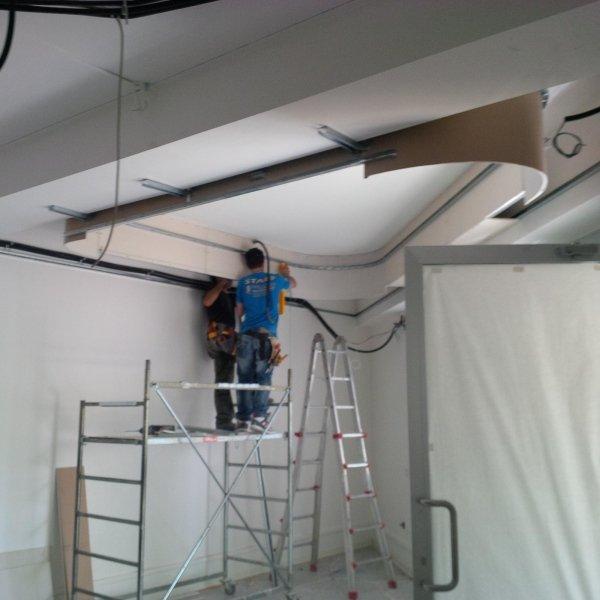 operaio al lavoro su una scala