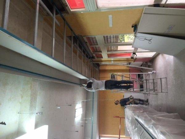 operaio mentre sistema il soffitto