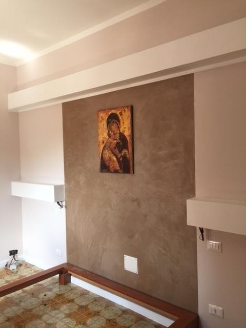 parete con quadro della madonna e gesu bambino