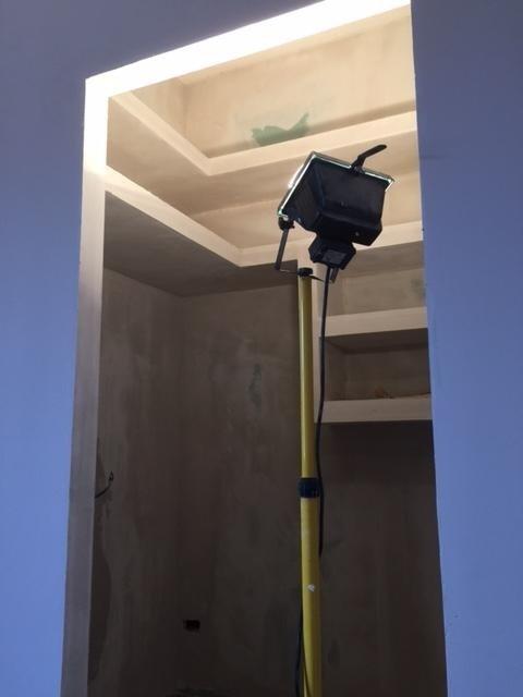parete blu e proiettore di luce in una cabina armadio