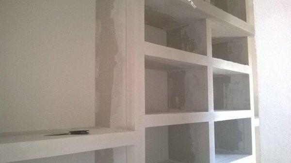 muro con pareti bianche e porzioni cabina armadio