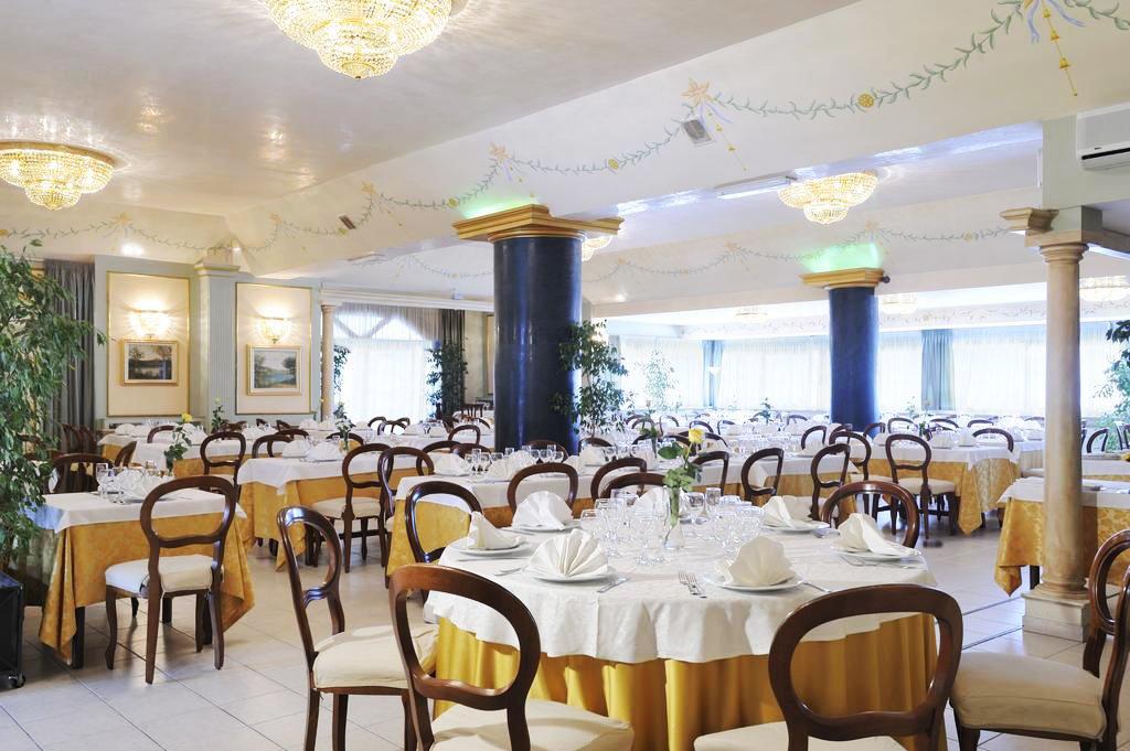 Interno salone con tavoli eleganti