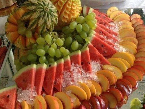 delle fette di anguria, mela e ananas