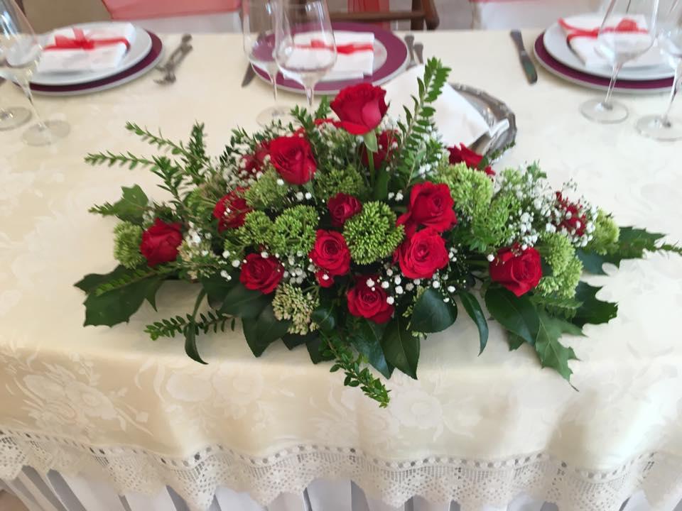 tavola addobbato con fiori