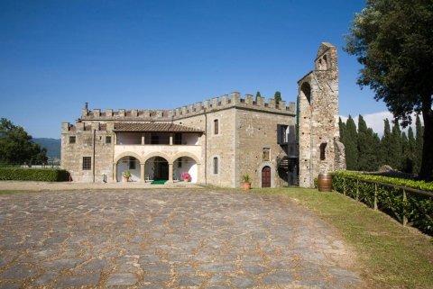 Veduta del castello dal piazzale antistante