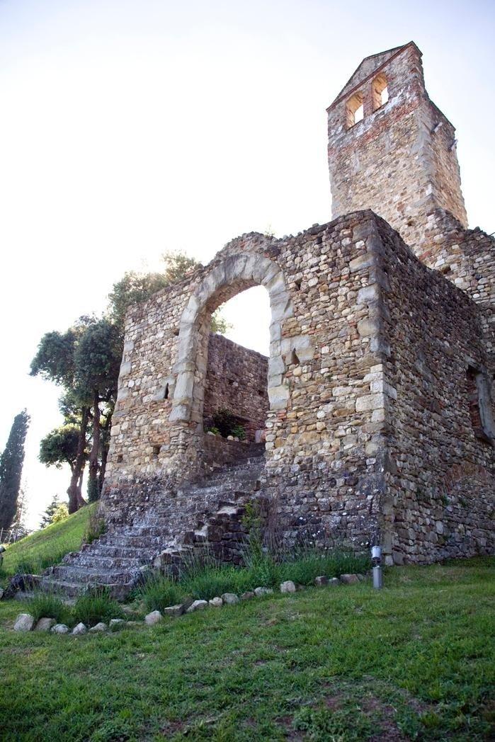 Antica chiesa diroccata in pietra