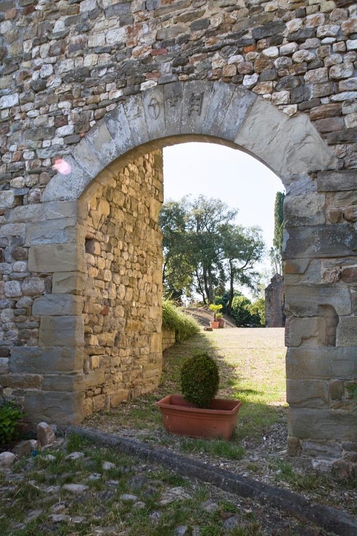 Castello storico con archi in pietra