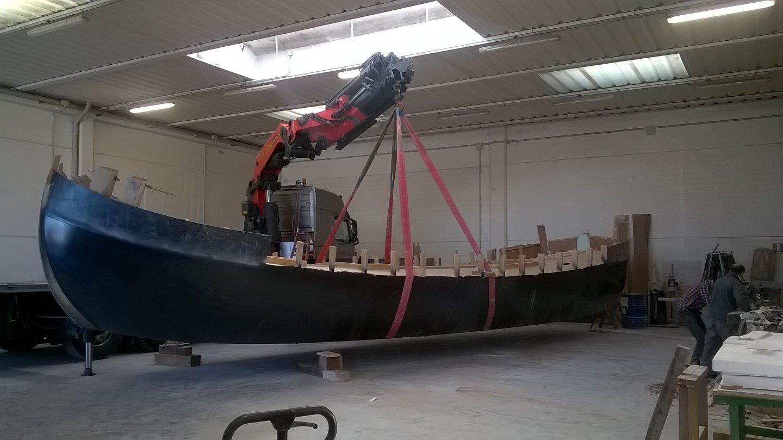 gru mentre solleva una barca in legno