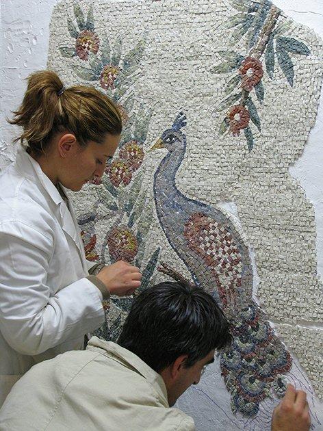 due persone lavorano ad un mosaico