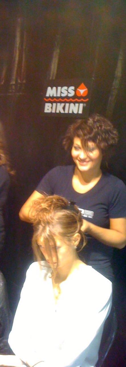 parrucchira mentre lava i capelli ad una cliente