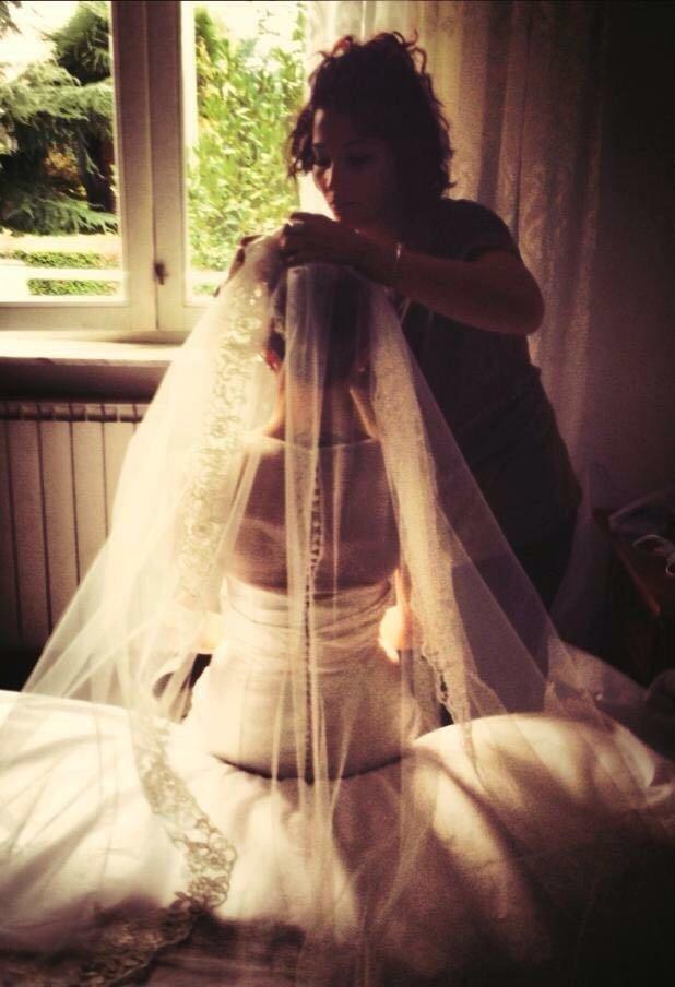 una donna di spalle vestita da sposa
