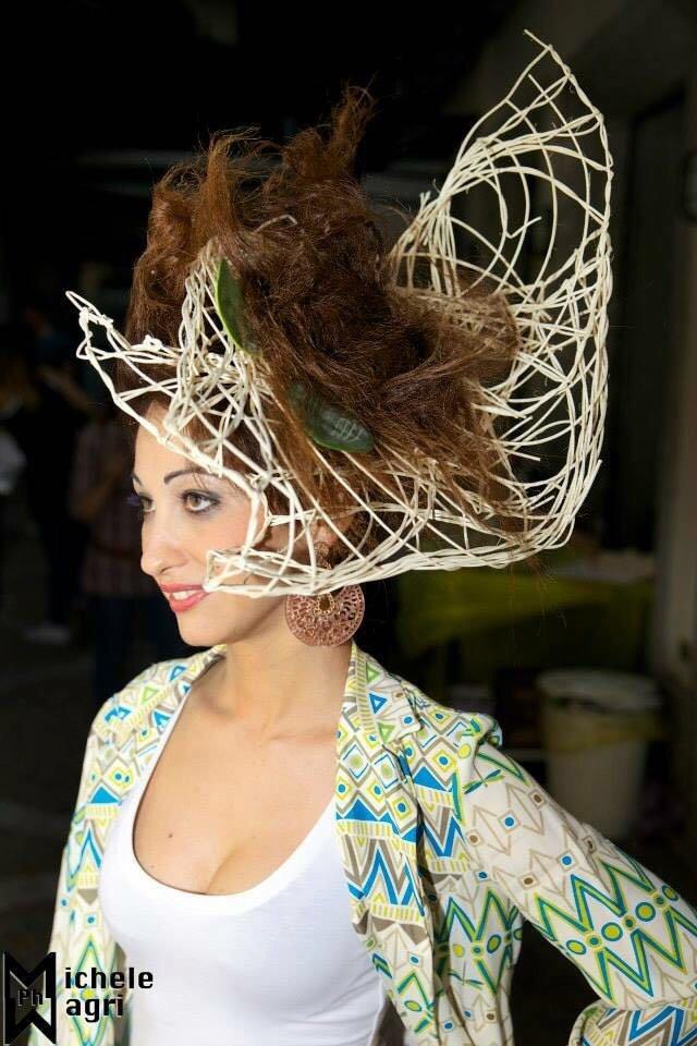 una donna con un frontino di spaghi