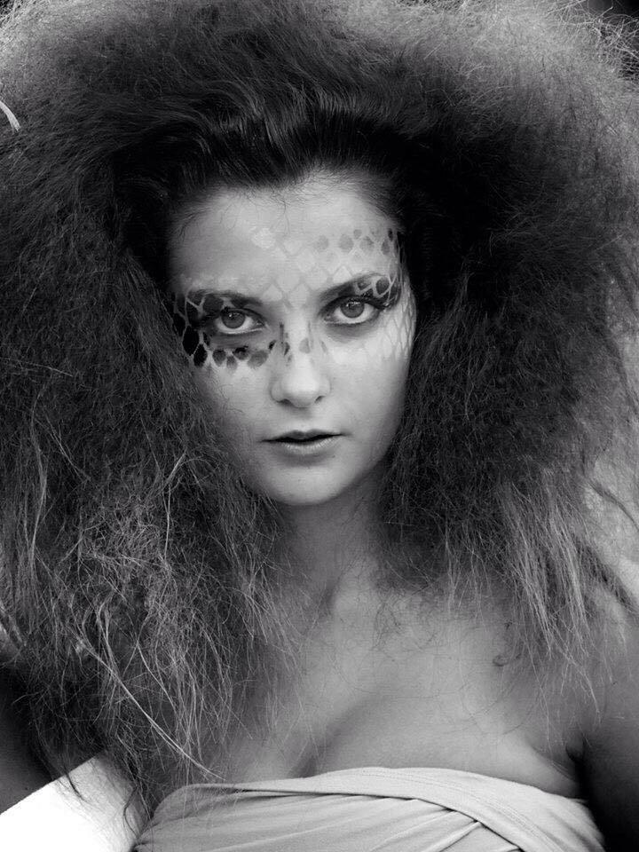una donna con capelli ricci
