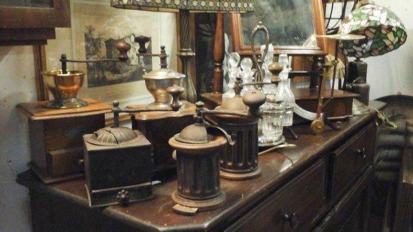 un como' in legno con sopra degli oggetti antichi