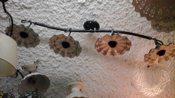 dei lampadari appesi a un tubo di ferro sul soffitto
