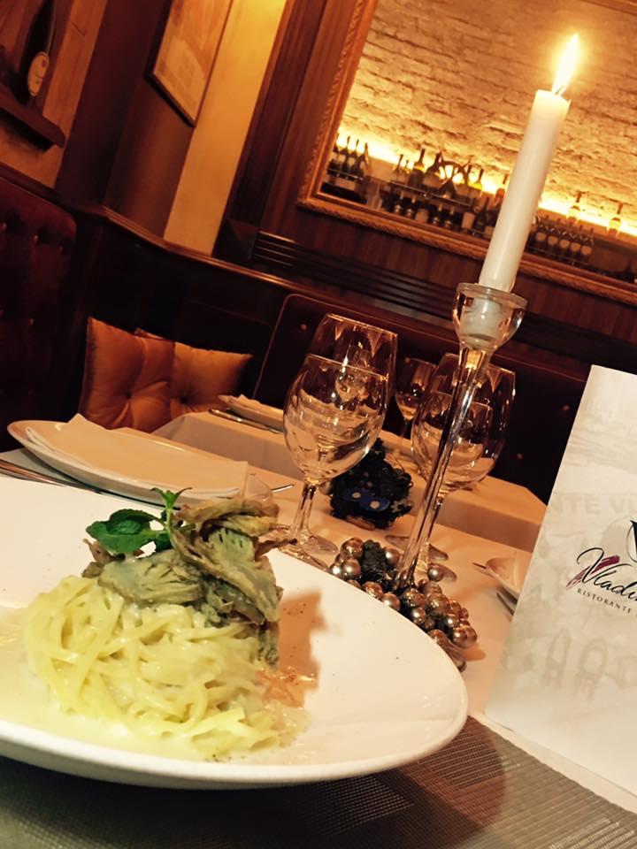 un piatto di linguine appoggiato su un tavolo