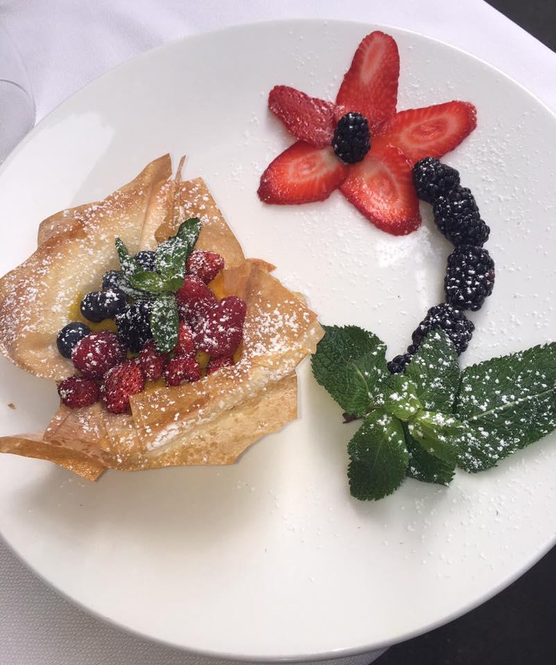 un dessert con pasta sfoglia e frutti di bosco