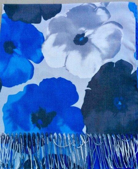 Vista ravvicinata di una sciarpa di color blu e bianco con dei disegni a fiori