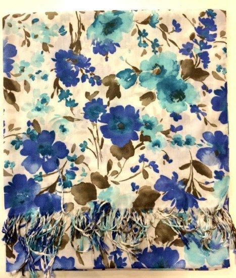 Una sciarpa di color panna con dei fiori di color blu e azzurro