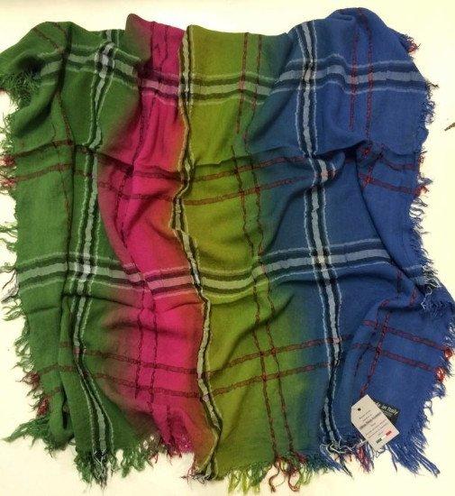 Una sciarpa di color verde,blu e rosa