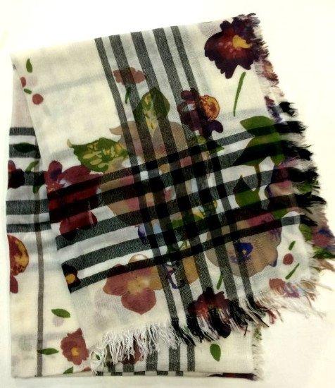 Una sciarpa con delle righe nere e disegni dei fiori di color bordeaux