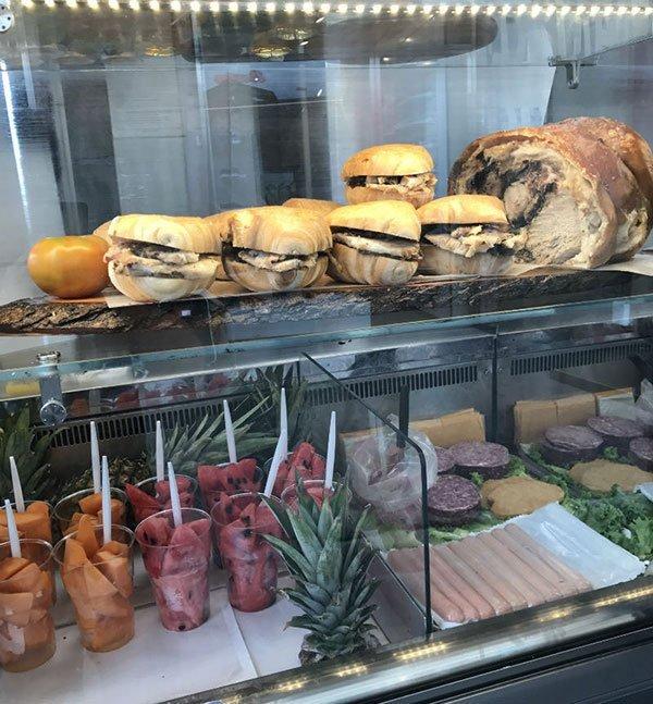 Dei panini e dei bicchieri con della frutta tagliata